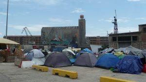 Avant qu'ils ne soient arrêtés aux frontières de la Grèce, les exilés venus d'Irak, de Syrie, d'Afghanistan sont arrivés sur le port du Pirée, à Athènes. Feront-ils partie des queelque 30 000 réfugiés que devaient officiellement accueillir la France ? (© Pierre Nouvelle).