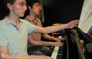 Au piano, deux musiciens qui ont fait leurs études ensemble (© DR/centre France).