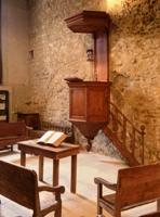 L'ancien temple du 16e siècle est devenu aujourd'hui un musée où trône encore la chaire du pasteur (© www.oeil-ecoute.com)