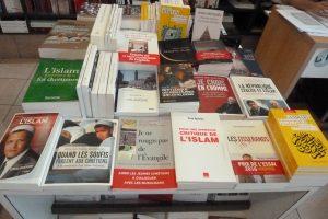 Ouvrir un livre pour mettre en question et approfondir les infos reçues ou subies (© Pierre Nouvelle).