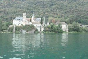 Comme le lac d'Annecy ou le lac Léman, le lac du Bouget est dominé par des châteaux, dont la plupart ont appartenu à la famille de Savoie. Mais, face à Aix-les-Bains, le lac est aussi bodé par l'abbaye d'Hautecombe, où les souverains de Savoie et du royaume de Piémont-Sardaigne furent enterrés (© Pierre Nouvelle).