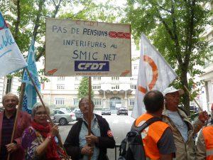 Une centaine de retraités et syndicalistes venus des départements rhonalpins se sont réunis devant à Lyon à l'initiative de la CFDT et de l'Unsa (© Pierre Nouvelle).