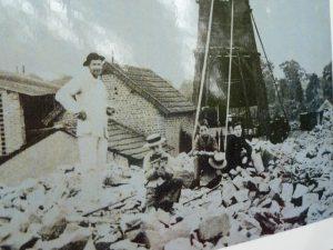 Au sortir des galeries d'extraction, au début du 20e siècle, des enfants cassaient les blocs de schistes qui ne pouvaient être distillés comme tels (© Pierre Nouvelle).