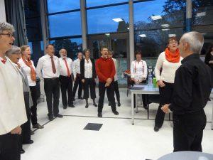 Avant le concert, les choristes de l'ensemble OHCL chauffent leur voix sous la houlette de leur chef Vincent Thomas (© Pierre Nouvelle).