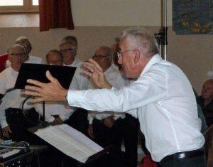 Entre violon et flûte des andes, le chef de choeur Jean-Marc desjacquot baigne dans la musique depuis sa plus tendre enfance à St Julien-Molin-Molette (© Pierre Nouvelle).