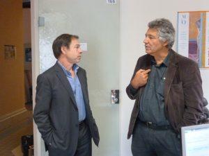 Richard Chermette prend conseil de son prédécesseur et voisin, Bernard Chaverot, maire de Montrottier (© Pierre Nouvelle).