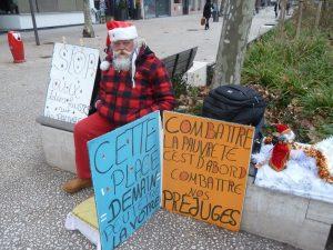 Noël, synonyme de bonne nouvelle por celui qui est resté si longtemps dans la rue (© Pierre Nouvelle).