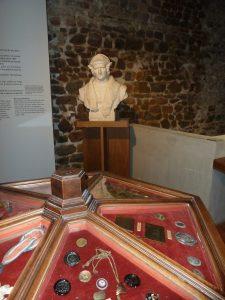 Avant de descendre explorer l'époque romaine, la visite débute entre médailles et cocardes révolutionnaires et statue de Gadagne, le maître des lieux au 16e siècle (© Pierre Nouvelle).