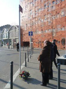 Il revenait aux journalistes d'ouvrir l'hommage rendu à Hrant Dink à Lyon dix après le crime dont ila été victime. ici, Janine paloulian après le dépôt de gerbe au pied du nom de sa rue (© Pierre Nouvelle).