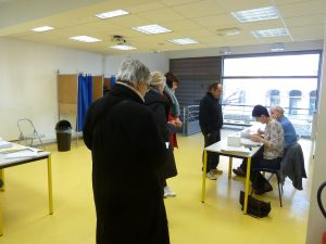 En milieu d'après-midi, les électeurs étaient beaucoup nombreux pour le second que la semaine précédente (© Pierre Nouvelle).
