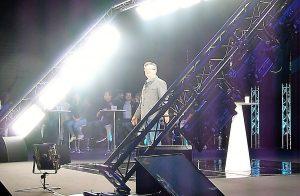 En chair et en os à Lyon-Chassieu, et par l'image holographique à Aubervilliers, le leader de la France insoumise a développé près de deux heures d'un propos péagogiquement structuré qui a fait appel à l'intelligence de chacun (© Pierre Nouvelle).