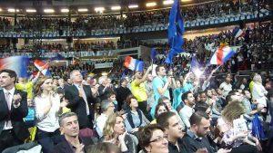 pas moins de 8 000 personnes dans le palais des sports de Gerland et au moins 5 000 autres à l'extérieur, les supporters du mouvement en marche n'ont pas boudé leur plaisir (© Pierre Nouvelle).