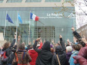 A Lyon, devant le siège de la Région Auvergne-Rhône-Alpes, le collectif Vent d'assos demande que les associations soient entendues (© Pierre Nouvelle).