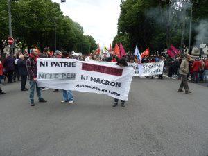 La bataille pour tenir la première place de la manifestaion lyonnaise tournera court, et militants anarchistes et autonomes trouveront leur place au coeur du cortège entre la CFT quiouvrait la marche et la France Insoumise qui la fermait (© Pierre Nouvelle).