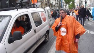 la secrétaire régionale CFDT, Elisabeth Le gac, incitait ses troupes à reprendre des slogans (© Pierre Nouvelle).