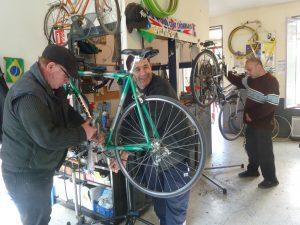Au Cyclub, on peut faire réparer son vélo ou passer soi-même aux travaux pratiques (© Pierre Nouvelle).