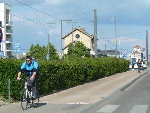 A Annecy comme à Villeurbanne, l'association Roule & Co a mis en place un atelier de réparation et organise des conférences pour promouvoir la pratique du vélo (© Pierre Nouvelle).