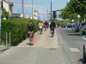 L'atelier Cyclub est installé le long de la voie de tram Lyon-Meyzieu-Satolas, la pistye cyclable traverse Villeurbanne (© Pierre Nouvelle).