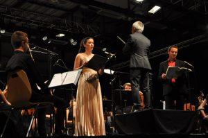 Interprète d'un registre lyrique très large, la soprano colorature Souad Natech s'est volontiers prêtée à mettre en valeur les solis de la cantate Carmina Burana (© Autun Infos/Laëtitia Pernin).