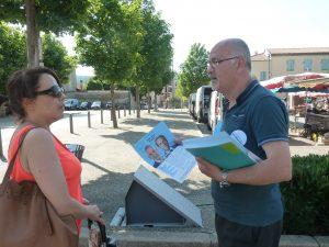 Sur les marchés de la 11e circonscription, le candidat de droite a fait le forcing, mais à quelques heures de la clôture du scrutin, seuls les mimitants marconistes étaient sur le marché de Condrieu (© Pierre Nouvelle).