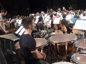 Dans cette partition de Carl Orff, cuivres et percussions occupent une place notoire (© Pierre Nouvelle).
