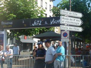 Avant d'évoquer le festival et d'honrer ses fondateurs, sur le chemin de la salle des fêtes, le maire de Vienne était passé sous la bannière du festival (© Pierre Nouvelle).
