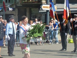 L'hommage aux morts des différentes guerres a été un des premiers actes publics de la députée de la 8e circonscription de l'Isère (Vienne) (© Pierre Nouvelle).