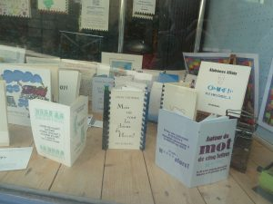 ville du livre et cité du mot: à la Charité-sur-Loire, les phrases se succdent sur les murs des maisons et s'exposent dans les vitrines des libraires (© Pierre Nouvelle).