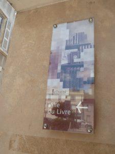 Sur les murs de la cité moyenâgeuse, la ville écrit le futur (© Pierre Nouvelle).
