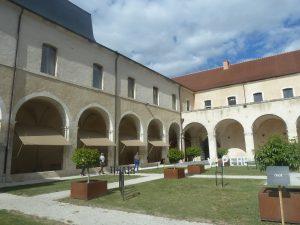 rénovés, les bâtiments capitulaires attenant à la cathédrale accueillent des expositions et des concerts (© Pierre Nouvelle).