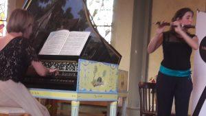 Dans l'église du quartier des mineurs à Epinac (Saône-et-Loire), les deux musiciennes de l'ensemble de musique baroque Les galants caprices ont revisité les ouevres de la famille Bach (© Pierre Nouvelle).