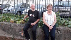 Jean et maryline Sintès étaient ravis de montrer leurs dernières nées. En effet, avant la préparation des espaces verst et la mise en place d'un jardin partagé, c'est sur un rebord de mur que sont nées les premières courges (© Pierre Nouvelle).