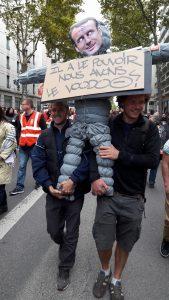 es manifestants avaient invité Emmanuel Macron dans le cortège où il a été la tête de turc de plus de 5 000 personnes qui ont défilé à Lyon, de la Manufacture des tabacs à la place Bellecour (© Pierre Nouvelle).