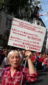 A c^té des banderoles officielles des syndicats, les retraités avaient apoporté leurs propres pancartes et ont défilé dans une connhumeur où différentes sensiviltés se sont mélangées (© Pierre Nouvelle).