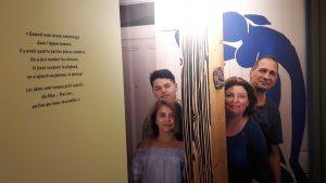 Pour l'expoistion La Vie mode d'emploi, le Musée urbain Tony Garnier lire derri-re un ensembke de portes les visages de familles de l'agglomération lyonnaise (© Pierre Nouvelle).