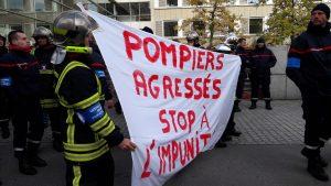 Environ 200 pompiers étaient dans les rues de Lyon lundi 6 novembre 2017 pour protrester contre les difficultés grandissantes de leurs interventions (© Pierre Nouvelle).