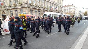 faire entendre et voir leur mévonten,tement était au coeur d'une journée de grève qui a conduit les sapeurs pompiers sur le parvis du palais de justice de Lyon (© Pierre Nouvelle).