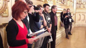 Grand moment d'émotion sous les lambis de l'Hôtel de ville de Lyon pour la soirée-hommage aux Canuts et à Robert Luc, sous l'oeil attentif de Valérie Zipper, la coordonnatrice de ce festival culturel (© Pierre Nouvelle).