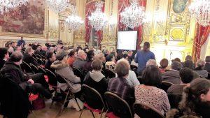 """¨Au cours de la soirée-hommage à Robert Luc, Ludovic Frobert a fonn"""" une conférence sur la démocratie sociale et les canuts (© Pierre Nouvelle)."""