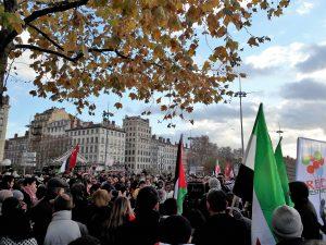 Entre 600 et 1000 personnes ont manifesté leur soutien au peuple palestinien à Lyon le 9 décembre 2017 (© Pierre Nouvelle).