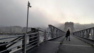 Pour commencer la journée, il faut un quart d'heure dtransport par car puis autant à pied pour rejoindre la gare par la passerelle qui relie rive droite et rive gauche du Rhône (© Pierre Nouvelle).