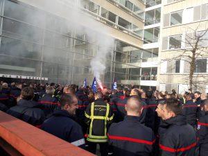 Près de 300 sdapeurs pompiers de la métropole lyonnaise et du département du Rhône, apputyués par des renforts venus du Nord de la France ont manifesté une nouvelle fois dans les rues de Lyon jusqu'ai Palsi de justice (© Pierre Nouvelle).