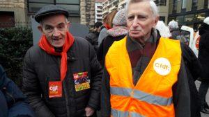 Parmi d'autres manifestants, ces deux retraités, toujours ^rêtres-ouvriers, l'un en Ehpad l'auitre pas, attendent votre réponse, Madame la ministre (© Pierre Nouvelle).