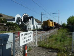 La rénovation profonde de la voie SNCF, comme ixci à Ampuis, ne s'est pas accompagnée de protection des riverains (© Pierre Nouvelle).