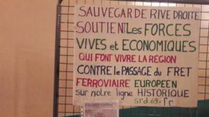 La contestation perdure le long de la voie ferrée qui irrigue la rive droite du Rhône au sud de Givors (© Pierre Nouvelle).