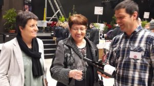 Le 6e salon des vins bio s'est ouvert sous les auspices de la dégustatiion des vins de la Vallée du Rhône, comme le montre la rencontre entre Thér_se Corompt, maire de Condrieu 5Rhône) et Véronique Frenier, présidente du salon et viticultrice avec son mari à Chavanay (Loire)
