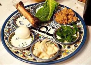 Chaque soir de Chabat, les familles juives pratiquantes partagent un repas, le Sdere, qui prend un relief particulier au début de la fête de la Pâque (© DR)