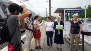 A peine débarqués du train et en attendant le reste du groupe venu en voiture, un comité d'accueil les attendait (© Pierre Nouvelle).