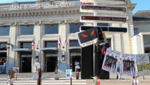 D_s la playe forme extérieure de la gare SNCF, la note culturelle est donnée (© Pierre Nouvelle).