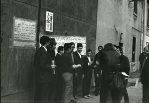 De la grève de Penarroya (Lyon-Gerland) à la grève de la faim des ouvriers tunisiens à Feyzin (Rhône), Madeleine portait la même attention aux personnes orginaires de l'immgration pour faire respecter leurs droits et la justice (© Pierre Nouvelle).